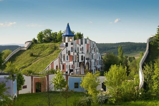 Khách sạn Rogner Bad Blumau tại Styria, Áo được Friedensreich Hundertwasser thiết kế. Bản thân khách sạn là một tác phẩm nghệ thuật với mục đích phát triển môi trường sinh thái. Có hàng nghìn cây xanh được gieo trồng và chăm sóc tại khách sạn.