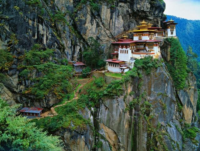 Tu viện Paro Taktsang (Bhutan) nằm cheo leo trên vách núi ở độ cao 3.120 mét. Tu viện còn có tên gọi khác là Hang Cọp. Theo truyền thuyết, đại sư Padmasambhava bay vào hang động này trên lưng của một con hổ, sau này trở thành vợ ông. Du khách chỉ có thể đến đây bằng cách men theo các đường mòn núi được xây dựng từ cách đây 100 năm.