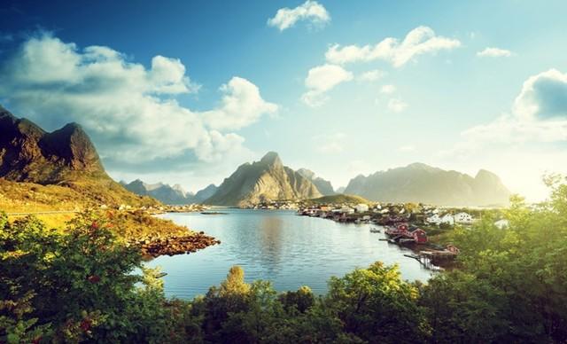Người Na Uy rất tự hào về môi trường tự nhiên tuyệt đẹp của họ. Người ta nói rằng leo lên ngọn núi cao nhất của đất nước - núi Skala - có thể giải phóng con người khỏi tất cả những bận tâm và lo lắng của họ. Ở bất cứ nơi đâu trên đất nước tuyệt vời này, bạn đều có thể dựng lều và thưởng thức vẻ đẹp ngoạn mục của thế giới xung quanh.