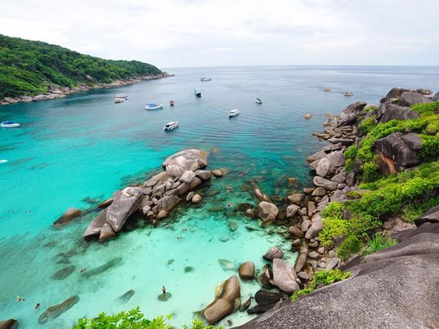 Thái Lan là nơi ẩn giấu nhiều địa điểm tuyệt đẹp, trong đó bao gồm quần đảo Similan trong vùng biển Andaman. 11 hòn đảo nằm trong Vườn quốc gia Mu Koh Similan và được bao quanh bởi vùng biển sở hữu những rạn san hô tuyệt đẹp.