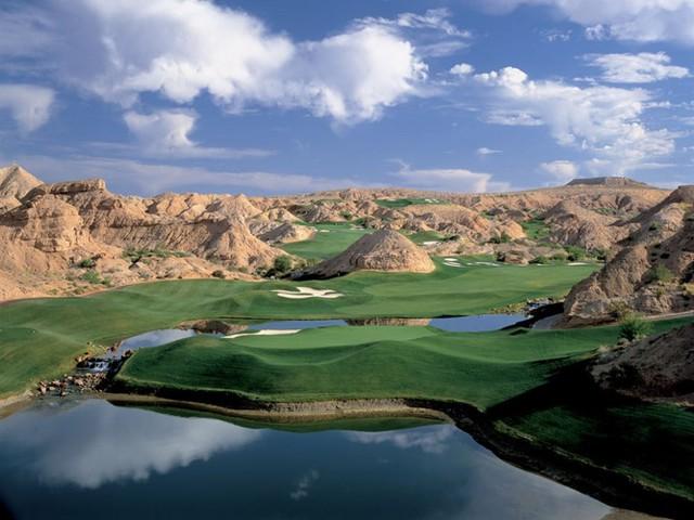 Sân golf Creek Wolf, nằm ở Mesquite, Nevada luôn có tên trong danh sách những sân golf tuyệt vời nhất thế giới với địa thế nằm bên hẻm núi. Người chơi sẽ tha hồ ngắm cảnh 360 độ, thay đổi độ cao khác nhau với địa hình gồ ghề ở đây.