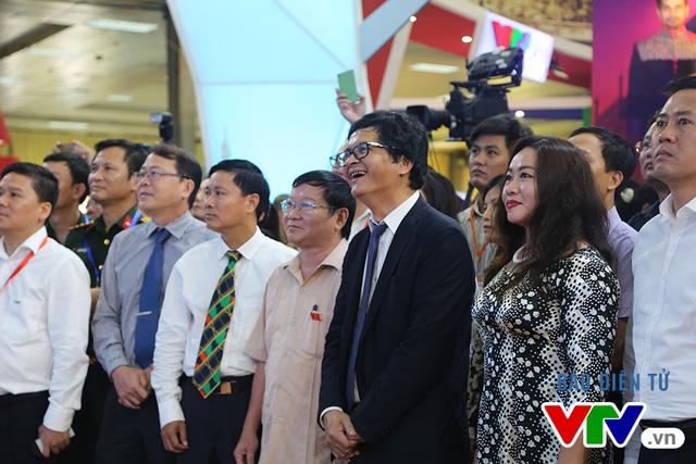 TGĐ Đài THVN Trần Bình Minh tham quan gian hàng của VTV