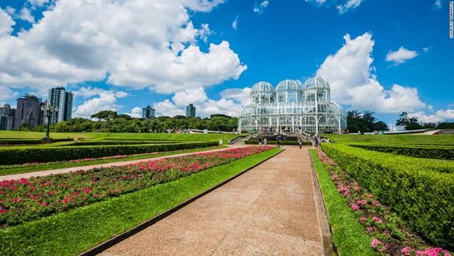 Vườn bách thảo Curitiba được xây dựng theo phong cách Pháp truyền thống, giống như một ngôi nhà cây xanh khổng lồ hấp dẫn các nhà sinh vật học trên toàn thế giới.