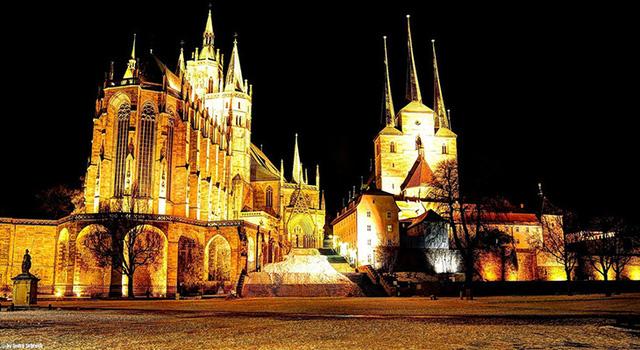Những toà nhà cổ kính sáng rực giữa không gian buổi tối.