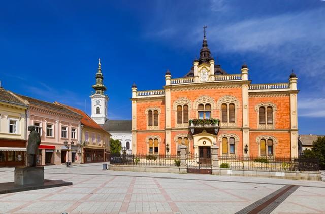 Được biết đến với nhiều viện bảo tàng, phòng trưng bày, và di tích, Novi Sad được xem là thủ đô văn hóa của Serbia. Bạn sẽ không hối tiếc thời gian của mình khi khám phá thành phố duyên dáng này với những ngôi nhà đầy màu sắc.