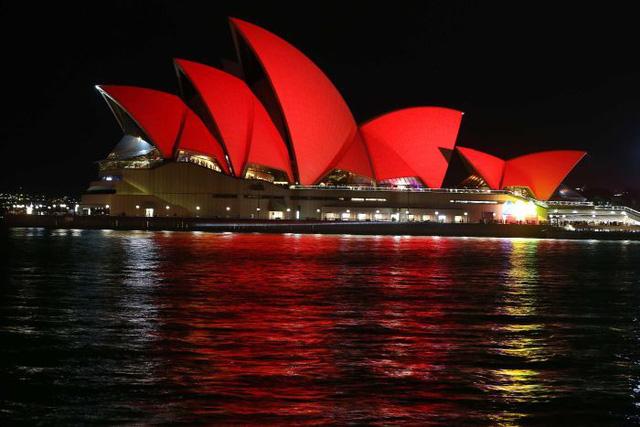 Nhà hát Opera Sydney được trang trí bằng ánh sáng đỏ rực rỡ