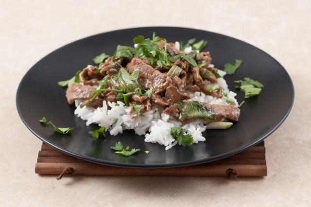 Thịt bò xào ăn với cơm trắng Việt Nam: món ăn dễ dàng khi chế biến nhưng hương vị của húng quế rất kích thích vị giác và vị ngọt của thịt.
