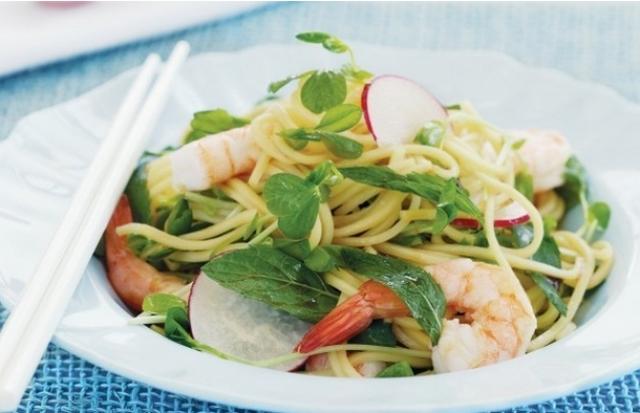 Salad phở tôm Việt Nam món salad này là một sự lựa chọn hoàn hảo cho những ai không có nhiều thời gian để nấu ăn.