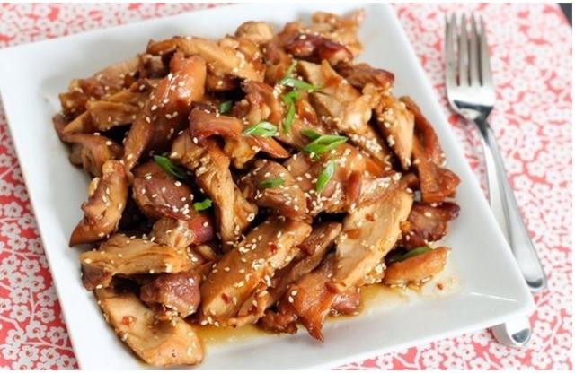 Gà xào mật ong, dầu mè: Đến từ Trung Quốc, món ăn này có thể dễ dàng chế biến trong bếp với các nguyên liệu quen thuộc.