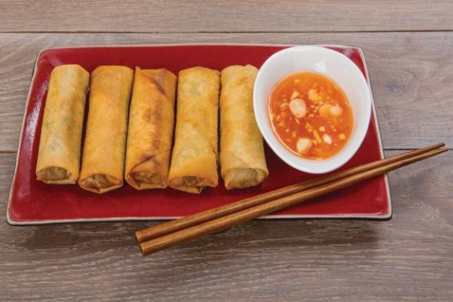Nem cuốn: Giống như nem truyền thống của Việt Nam, món ăn vừa có thể là món chính vừa có thể ăn chơi lót dạ. Nem cuốn đẹp hay không, gọn gàng hay không thể hiện ở sự khéo léo của bạn.