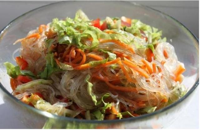 Funchoza: Salad gà miến Hàn Quốc. Miến là thực phẩm không có nhiều chất dinh dưỡng nhưng lại kích thích vị giác trong món ăn Hàn Quốc này.
