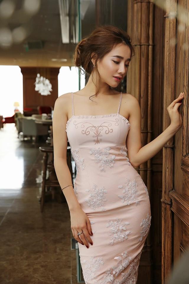 Cô nàng với biệt danh bánh bèo luôn thích những chiếc váy có màu sắc nhã nhặn.