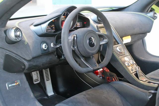 Về cơ bản, nội thất bên trong của chiếc McLaren 675LT không quá sang trọng