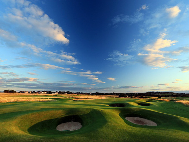 Sân golf Muirfield, mở cửa vào năm 1744, là sân golf lâu đời nhất trên thế giới. Tọa lạc tại Gullane, Scotland, Muirfield đã tổ chức nhiều giải vô địch khác nhau trong nhiều năm qua, và là một điểm đến yêu thích của các tay golf cự phách thế giới.