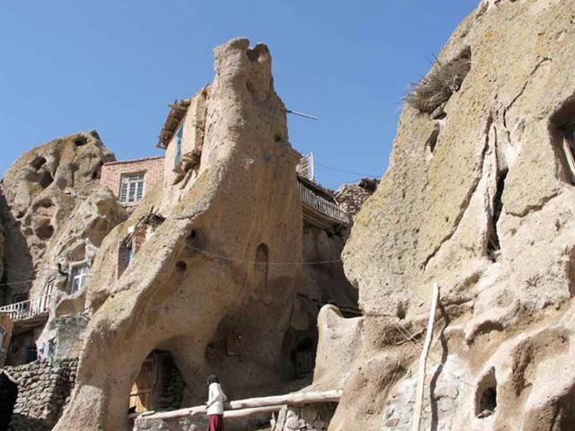 Làng Kandovan tại Iran được xây dựng trên những vách đá, hang, tàn tích của núi lửa. Hình thù kỳ dị của những vách đá do chính dung nham mài mòn và người dân nơi đây đã biến nó thành những căn nhà độc đáo.