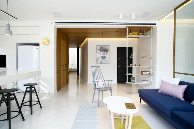 Phòng khách với điểm nhấn là bộ sofa xanh với ánh sáng tự nhiên tràn ngập.
