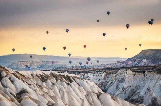 Hãy nhanh chóng chớp lấy những cảnh tượng hấp dẫn, ngoạn mục của những mỏm đá hình ống khói tự nhiên, những cái nhìn toàn cảnh, và những bức tranh đẹp hơn tranh vẽ của những chiếc khinh khí cầu nóng đang chuyển động đầy mạnh mẽ. Tất cả những trải nghiệm độ cao trên bầu trời đều được thực hiện tại vùng trung tâm của Cappadocia, Thổ Nhĩ Kỳ.