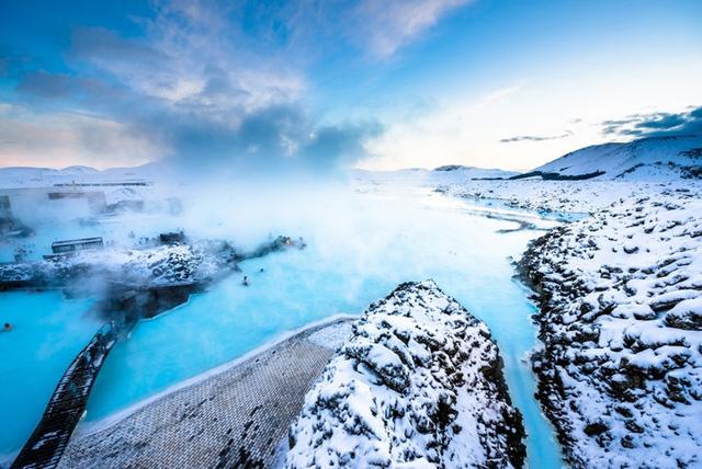 Núi lửa, những bãi biển hoang sơ, suối nước nóng và phong cảnh có một không hai - tất cả những điều này làm cho người dân Iceland hạnh phúc nhất trên Trái Đất. Thật vậy - làm thế nào bạn có thể không cảm thấy niềm vui khi đắm mình trong làn nước xanh ấm áp và tận hưởng cảnh quan tuyệt đẹp này?