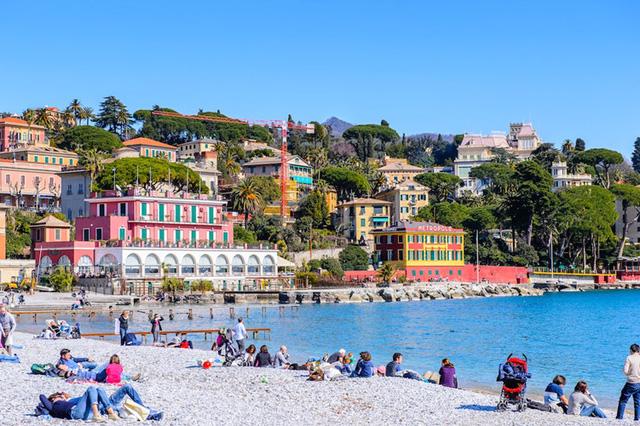Santa Margherita Ligure, Italy: Đây thị trấn nghỉ mát bình dị ở vùng Riviera, Ital, nơi khách du lịch thường xuyên lui tới trong mùa hè để tận hưởng cảm giác nằm thư giãn trên bãi sỏi rộng lớn để tắm nắng.