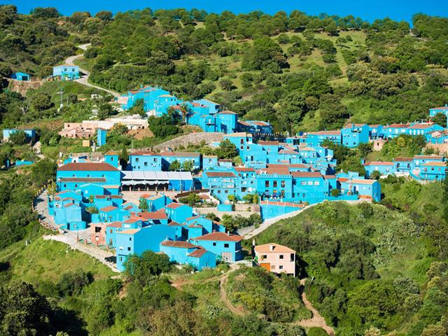 Juzcar là một ngôi làng nhỏ nằm ở Valle del Genal, Andalusia, Tây Ban Nha. Toàn bộ ngôi làng đã được sơn lại màu xanh trong năm 2011 để làm bối cảnh cho bộ phim The Smurfs 3D. Đến bây giờ, ngôi làng vẫn giữ nguyên màu xanh ấy.