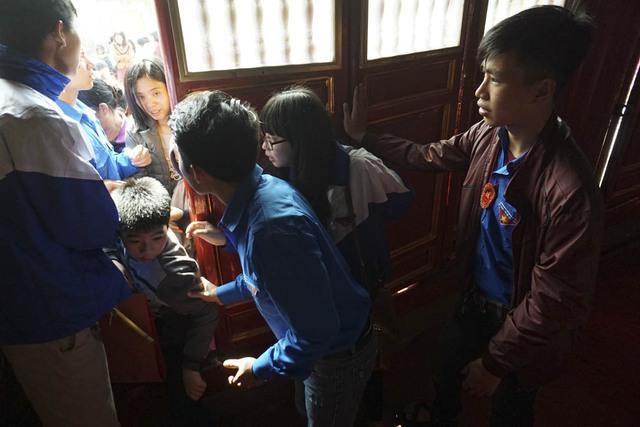 Sau thủ tục cúng lễ ngắn gọn, các em bắt đầu được vào trong đình để dâng hương lên ban thờ Chu Văn An.