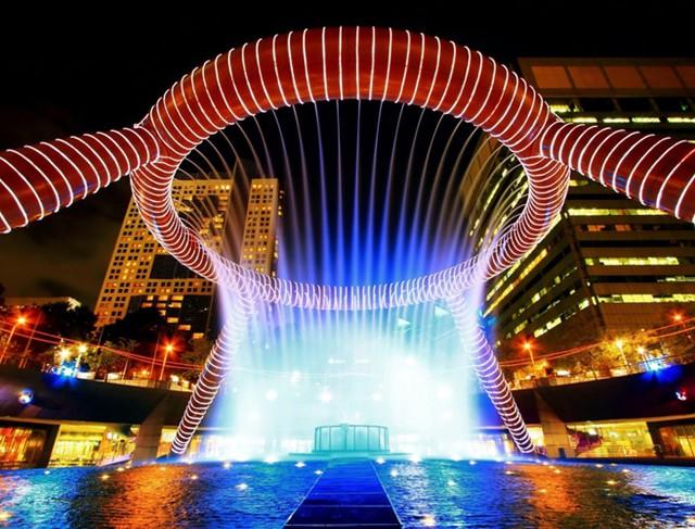 Đài phun nước Wealth ở Suntec City, Singapore như một biểu tượng của sự giàu có và cuộc sống, đã được công nhận là đài phun nước lớn nhất thế giới kể từ năm 1998.