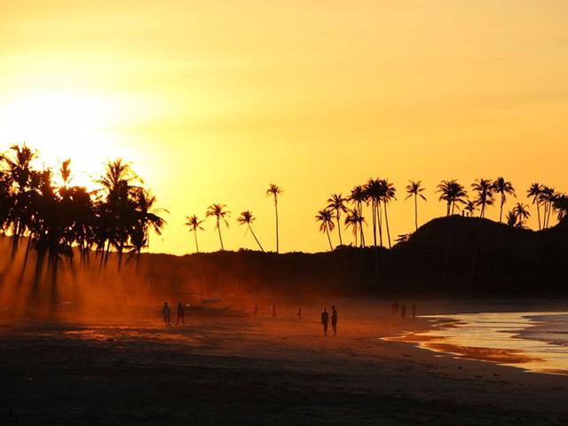 Du khách thường di chuyển bằng xe ba bánh hoặc xe máy để đến bãi biển Nacpan, nằm gần đảo El Nido ở Philippines. Bãi biển hoang sơ với bầu trời trong vắt là nơi lý tưởng để ngắm sao vào ban đêm.