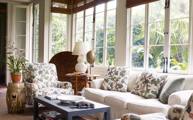 Bộ ghế sofa với gối tựa hoa sẽ thu hút mọi ánh nhìn cho bất cứ vị khách nào bước vào ngôi nhà của bạn.