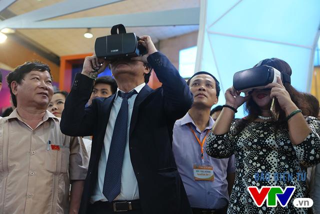 Các đại biểu và khách tham qua có cơ hội được thưởng thức trải nghiệm trường quay ảo qua cặp kính đặc biệt.