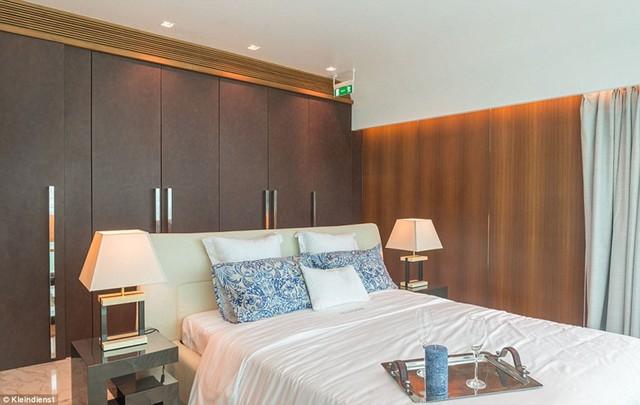Phòng ngủ với nội thất sang trọng có tông màu chủ đạo là trắng và xanh.