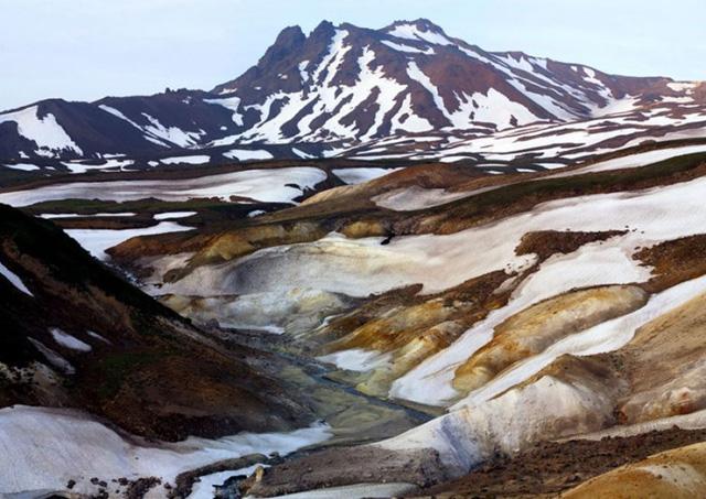 Thung lũng Chết, Kamchatka, Nga: Nằm không xa thung lũng nổi tiếng Geysers, nồng độ cao của các chất khí độc hại được phát hiện trong khu vực này tạo ra một mối đe dọa nghiêm trọng đối với mọi sinh vật: thực vật và động vật chết một cách nhanh chóng, trong khi người dân sớm cảm thấy không khỏe, bị sốt và chóng mặt.