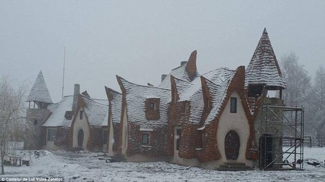 Hình ảnh khách sạn đang được hoàn thiện vào mùa đông năm ngoái, được phủ đầy tuyết như một không gian cổ tích.