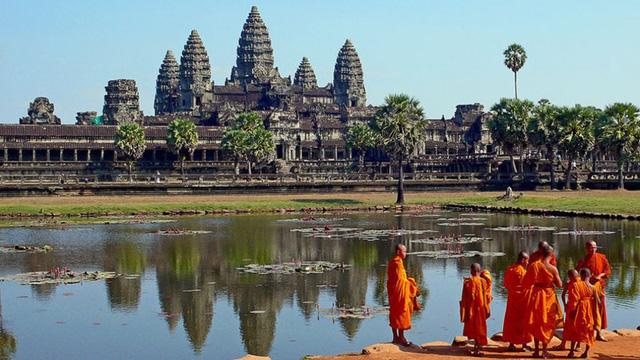 Angkor Wat được UNESCO công nhận là Di sản thế giới năm 1992, trở thành biểu tượng văn hóa tiêu biểu của không chỉ riêng Campuchia mà còn của cả khu vực Đông Nam Á và toàn châu Á. Angkor Wat là quần thể phức hợp của hơn 1.000 đền đài, lăng mộ có tuổi thọ lên đến 700 năm.