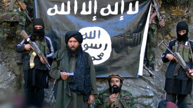 Thủ lĩnh của Tổ chức Nhà nước Hồi giáo (IS) tự xưng nhánh Afghanistan và Pakistan, Hafiz Saeed Khan (cầm giấy) đã bị tiêu diệt (Ảnh: BBC)