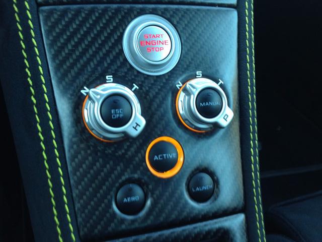 Hệ thống nút bấm và nút điều khiển các chế độ lái xe khá tối giản, với kích thước khá tương tự