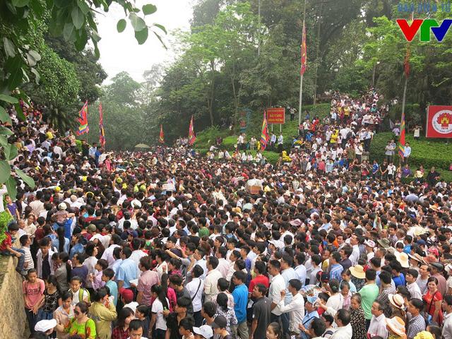 Khi cổng chính được mở, người dân nô nức lên đồi, hành hương dâng lễ đến tổ tiên.