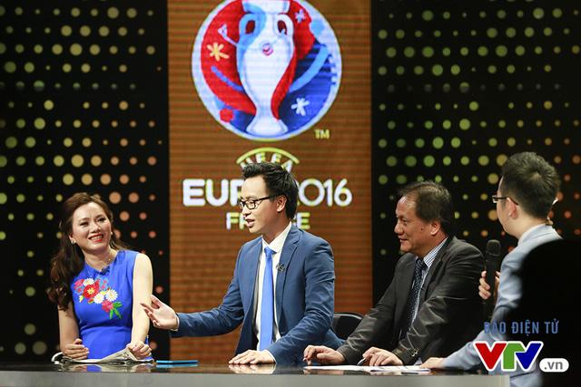 Tham gia vào các buổi bình luận trước, giữa và sau trận đấu còn có các khách mời là những người nổi tiếng, những chuyên gia trong lĩnh vực bóng đá...