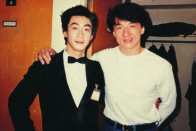 Lục Tiểu Linh Đồng chụp ảnh bên Thành Long. Hai người được coi là huyền thoại của làng giải trí Hoa ngữ.