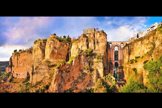 Ronda, Tây Ban Nha: thành phố có tuổi hàng thế kỷ này nằm cheo leo trên vách đá sẽ là điểm đến tuyệt vời cho kỳ nghỉ của bạn.