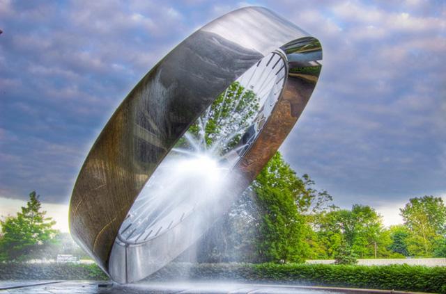 Đài phun nước 71, ở Ohio, Mỹ với các tia nước được phun ra từ một đường tròn và tụ lại với nhau ở tâm.