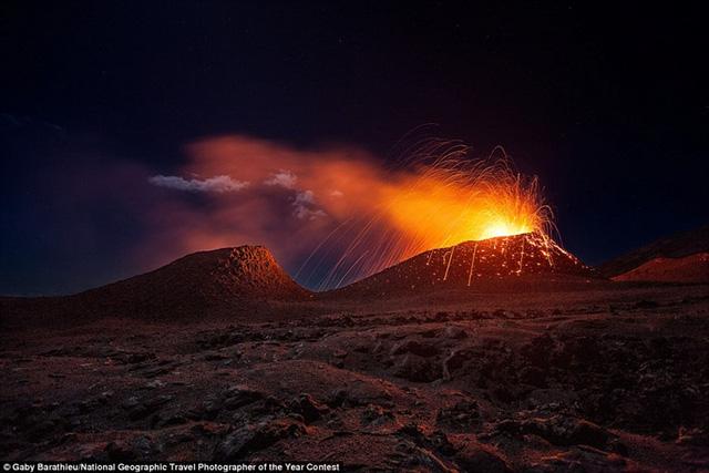 Nhiếp ảnh gia Gaby Barathieu may mắn được chứng kiến một trong những kỳ quan vĩ đại nhất của tự nhiên như hiện tượng núi lửa La Fournaise trên đảo Réunion thuộc Pháp phun trào dữ dội.
