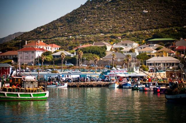 Kalk Bay là một ngôi làng ven biển nổi tiếng ở Cape Town, Nam Phi, nơi bạn có thể mua sắm và thưởng thức hải sản tươi sống. Dọc theo con đường chính của nó, bạn sẽ tìm thấy một loạt các cửa hàng cổ kính, quán cà phê, nhà triển lãm, và nhà hàng.