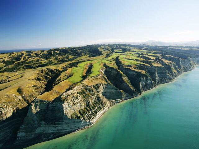 Sân golf The Cape Kidnappers được thiết kế bởi kiến trúc sư sân golf huyền thoại Tom Doak. Các lỗ ở đây được đặt bên những vách đá thẳng đứng ngay sát mép Thái Bình Dương.