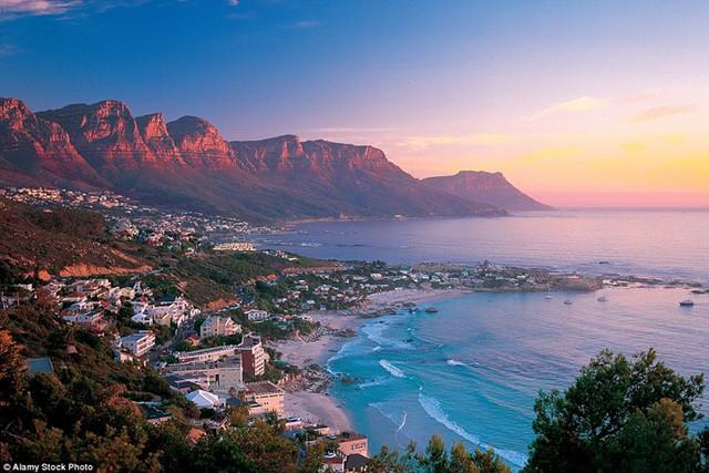Hoàng hôn buông xuống thủ đô Cape Town, Nam Phi.