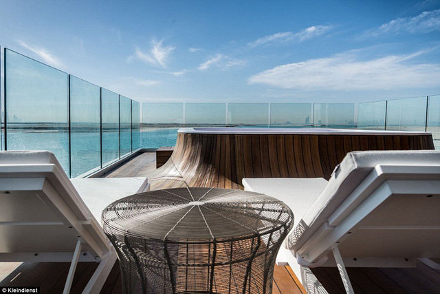 Trên tầng thượng, du khách có thể tận hưởng quang cảnh của Dubai qua ban công kính. Trên này còn có một bồn tắm nóng với đáy trong suốt nhìn xuống phòng khách bên dưới.