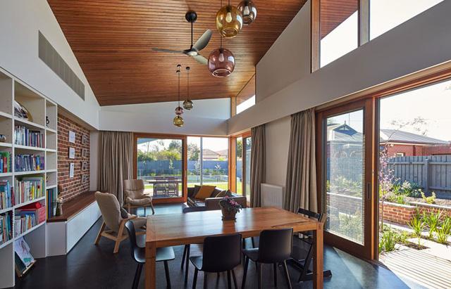Các kiến trúc sư khéo léo tạo nên những cửa kính lùa giúp căn nhà trở nên thông thoáng
