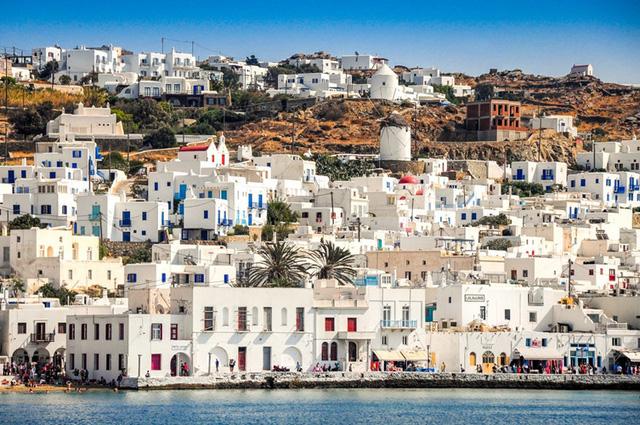 Mykonos, Hy Lạp: Nếu bạn đang tìm kiếm một bãi biển với làn nước trong xanh, bãi cát vàng trải dài đầy quyến rũ của vùng Địa Trung Hải, Mykonos sẽ là điểm đến lý tưởng. Hòn đảo của Hy Lạp có những bãi biển phù hợp với những bữa tiệc gia đình trên bờ biển.