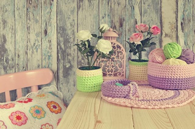 Nếu khéo tay, bạn có thể tự tạo ra các bình hoa bằng len.