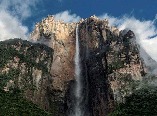 Angel là thác nước cao nhất thế giới nằm ở Venezuela, là một trong những điểm thu hút du lịch phổ biến nhất của những người yêu thiên nhiên trên thế giới.