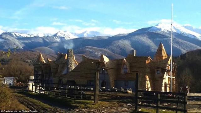 Từ khách sạn phóng tầm mắt ra dãy núi Carpathian. Nơi đây cũng chỉ cách thành phố Sibiu 24 dặm lái xe.